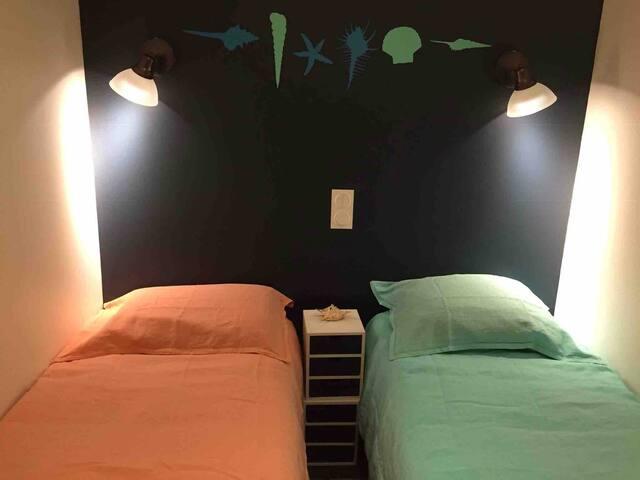 Deux lits séparés qui peuvent être joints si besoin.  Reprise de la fourniture optionnelle du linge de maison au Tarif de 20 € par chambrée et 35 € les deux.