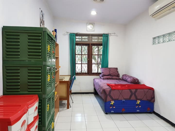 Green comfy family friendly bedroom @Batutapak