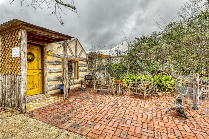 Romantic cabin with a patio - walk to restaurants, tasting rooms & more!