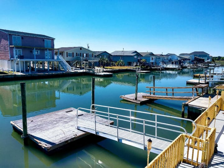 Dock Holliday Jr: apartment w/hot tub & tiki bar!