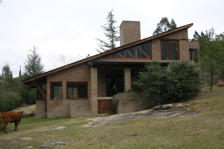 Casa con gran parque arroyo pileta y quincho