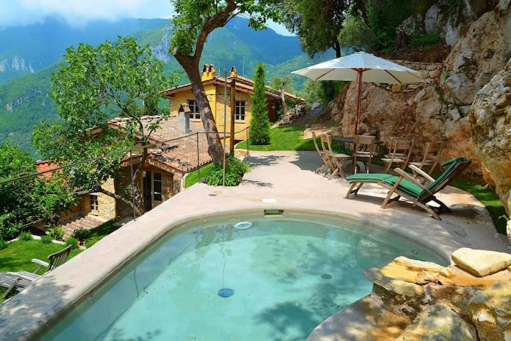 Cozy and beautifully decorated house in the Tuscan hills with private pool