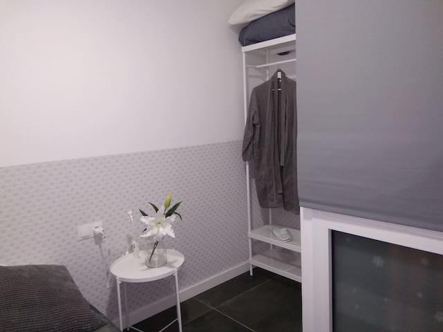 COZY SINGLE room PRIVATE BATHROOM next Europa FIRA