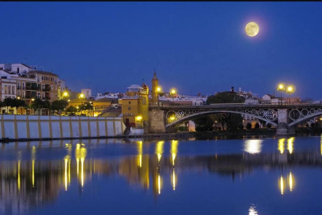 La magia de noche del río Guadalquivir.