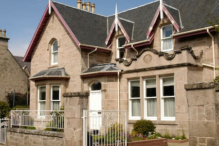 Twin Room in beautiful Scottish Victorian House
