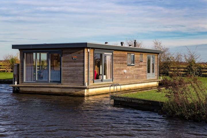 Houseboat in beautiful Friesland