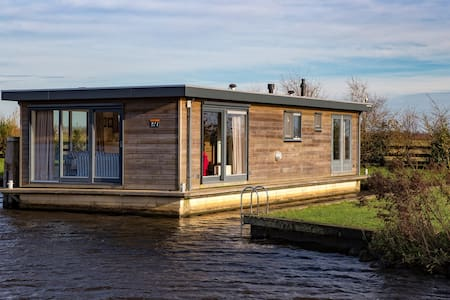 Houseboat in beautiful Friesland - Earnewâld