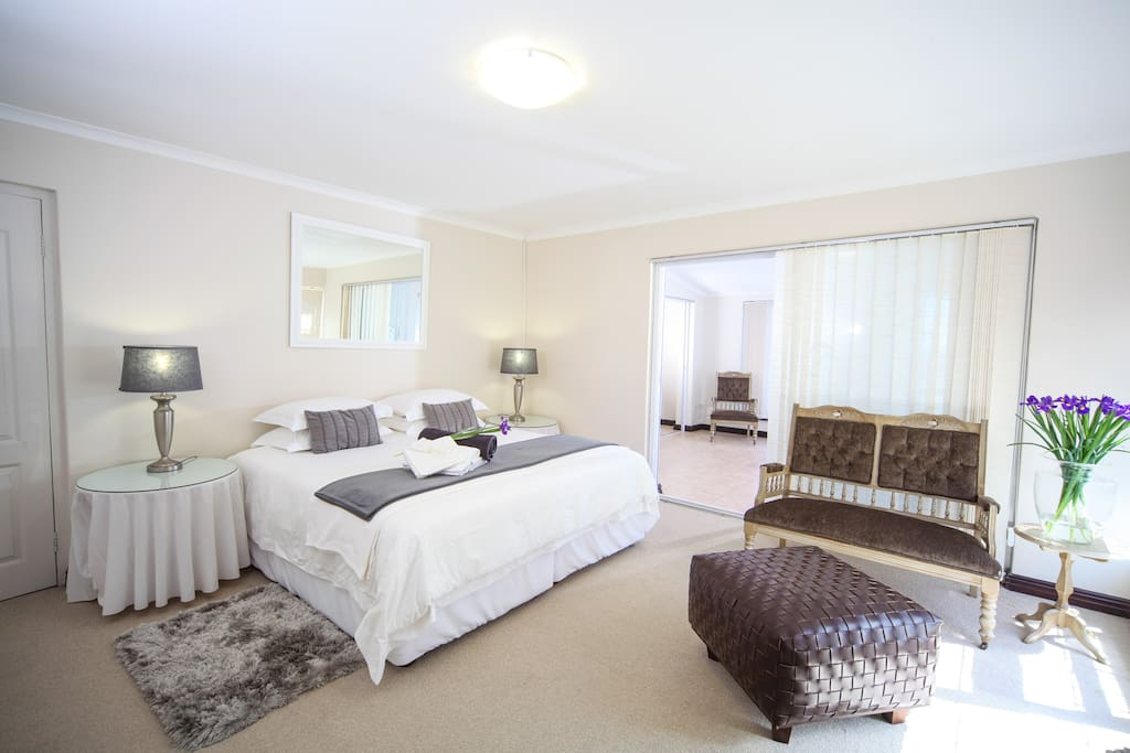 Spacious en suite rooms. White crisp  towels and white percale linenan