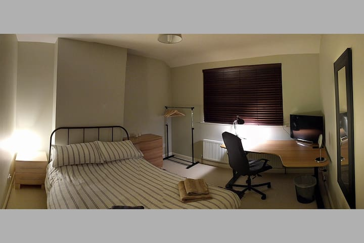 Recently furnished double room close to Notts - Nottingham - Dům