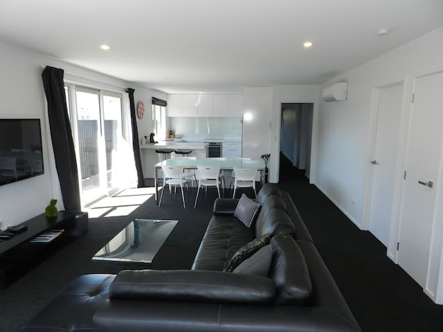 Modern Luxurious 4 Bedroom Entire Home - Christchurch - Talo