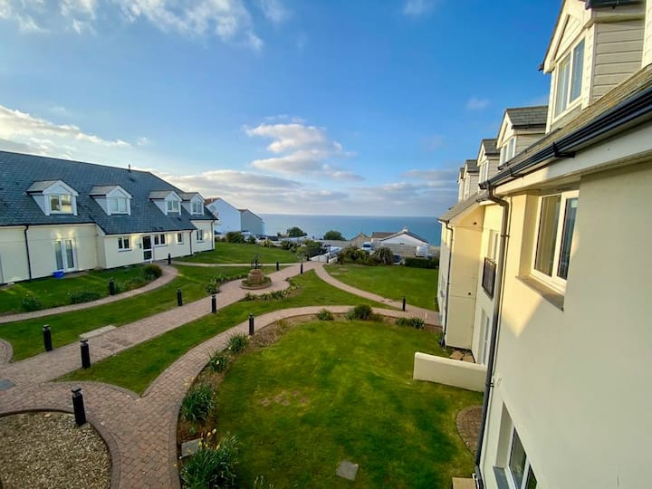 2 bedroom apartment with sea views!