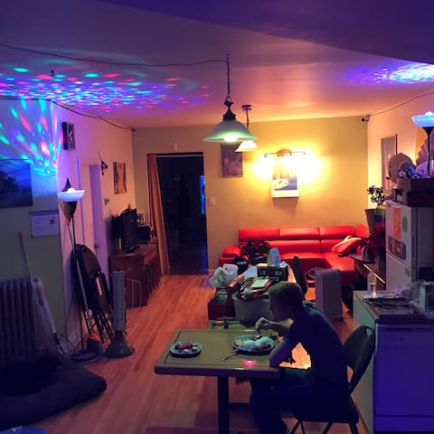 Single Bed in an 8 Bed Dorm - Bed No. 100-6 - Montreal - Bed & Breakfast