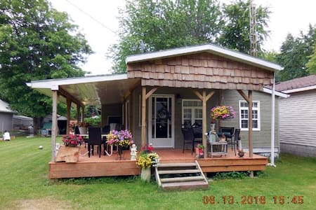 Shady Deck Lodge, cozy under covered wrapped deck