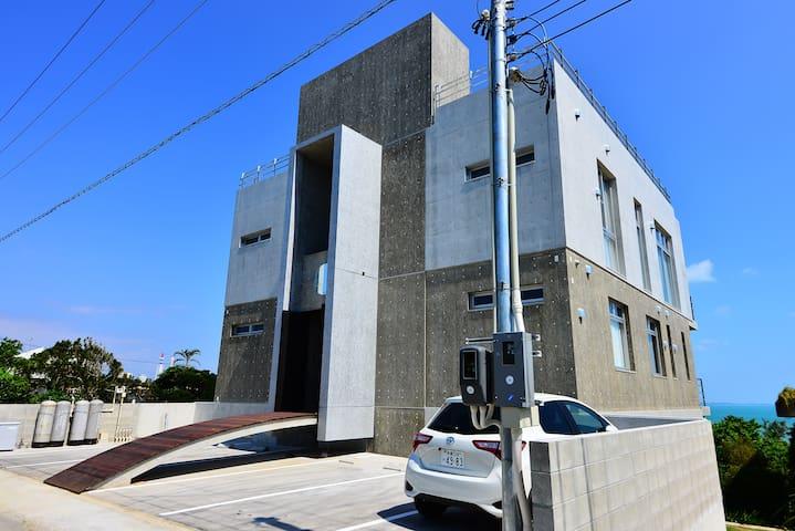 新築!建築家写真家がデザインした海一望のモダンな邸宅、ビーチまで徒歩3分、最高な沖縄の自然との出会い