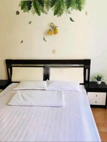 田园风格卧室,一室一厅一卫一厨房一阳台,短租长租皆可。