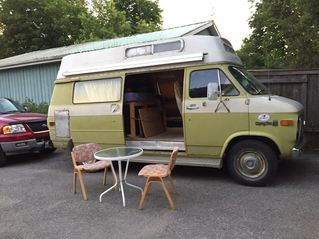 Retro Van, Affordable Glamping & Friendly Hosts
