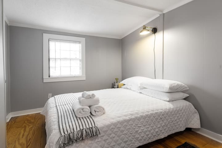 Second bedroom with soft white linens - bathroom is adjoining this room.