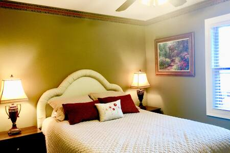 Linda's place (queen bed 2) 1 of 3