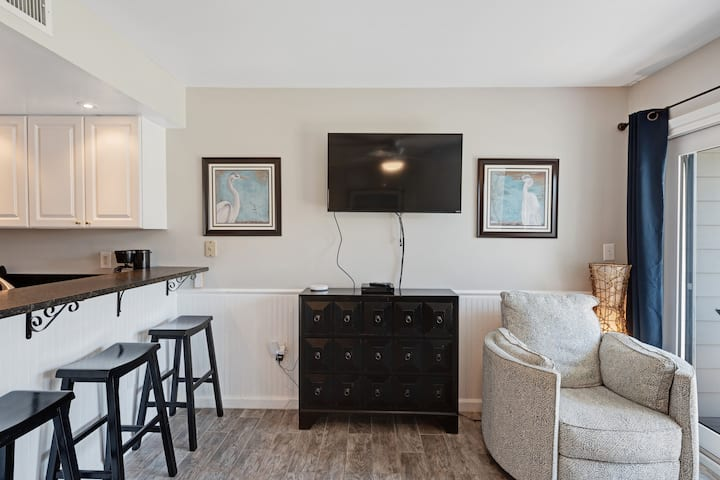 Cozy, modern studio w/ shared pools, sports courts, a gym & easy beach access