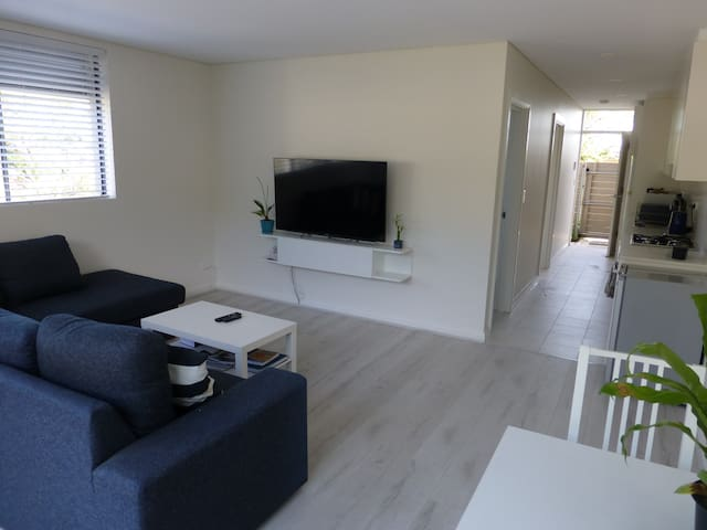 Light and Airy Ground Floor Apartment - Brookvale - Apartamento