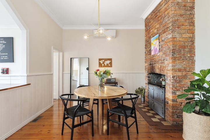 ★ Central Geelong Cottage ★ B'fast WiFi ☀ King Bed
