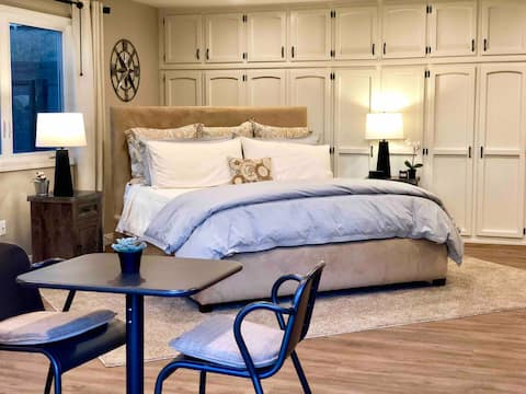 ★Private Suite King Bed, Private Bath + Sofa Bed