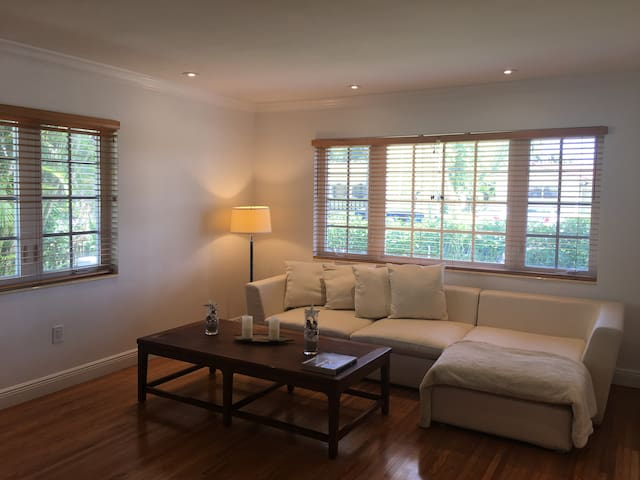 Walking distance to Coral Gables shops/restaurants