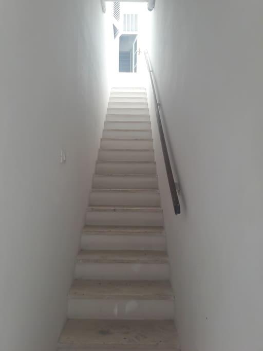 Sembrano tanti ma sono solo 24 gradini, a Santorini ce ne sono molti di più