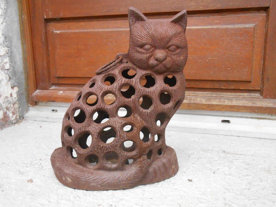 Le chat assis