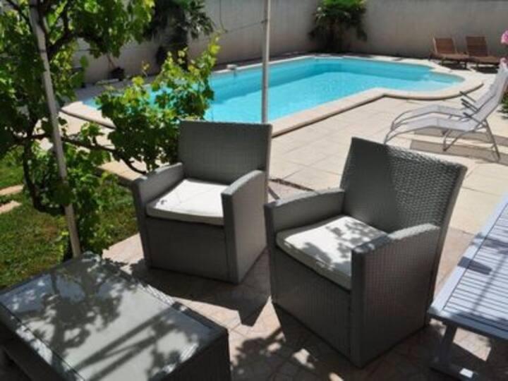 La villa paisible ( piscine privée) à isle/sorgue