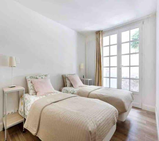 Second bedroom with 2 single beds (90x200cm), doors onto terrace