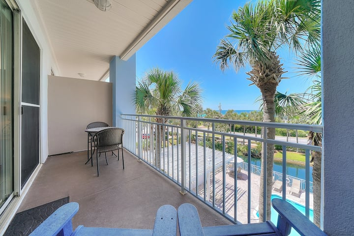 Bright, open villa w/ balcony overlooking gulf + minutes to great entertainment!