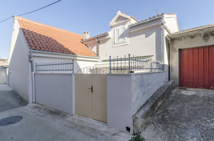 Two Bedroom House, 150m from city center, in Supetar - island Brac