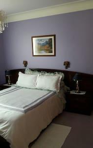 Chambre privative avec lit bébé - Foix
