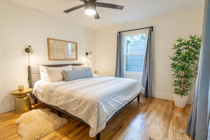 King-sized bed w/new Sealy inner spring/memory foam mattress