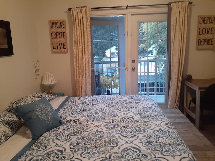 Gorgeous spot by the river valley with king bed!