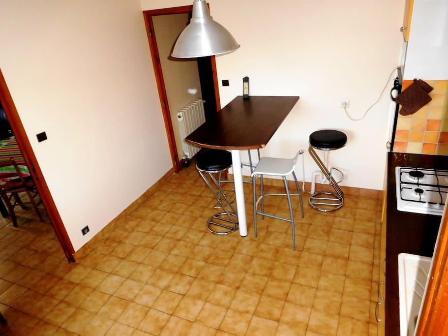 Cuisine équipée avec table et chaises hautes