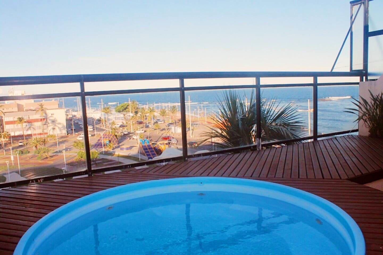 varanda da cobertura com piscina e vista para o mar