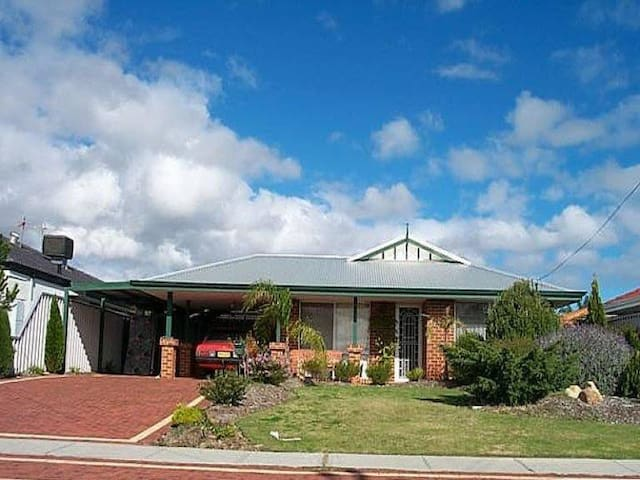 Fully furnished 4 / 2 house - Marangaroo - Hus