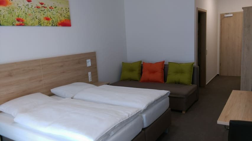 Gasthaus Pension Rezatgrund (Windsbach), Komfortzimmer für 4 Personen mit Doppelbett und Schlafcouch mit Balkon