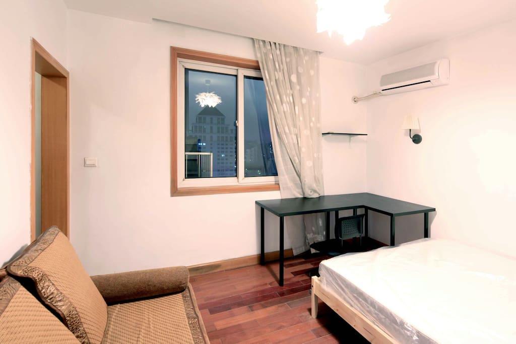 卧室设备。门里为衣帽间。双人床。卫生间入户门外左侧,共用的。