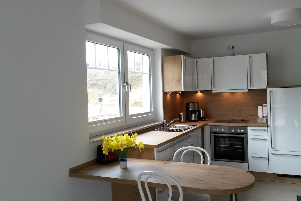 Moderne Einbauküche im Wohnraum EG