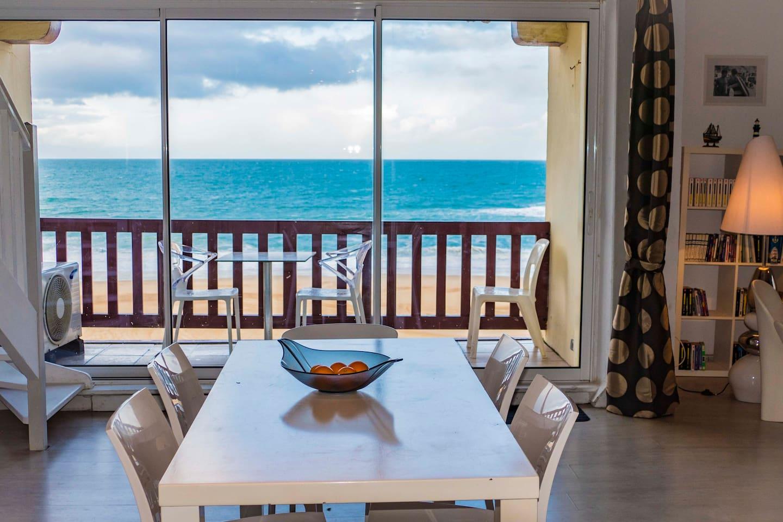 Séjour et balcon côté océan
