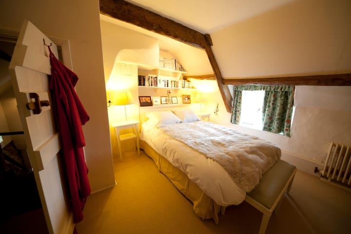 Master bedroom (this room has an en suite bathroom)