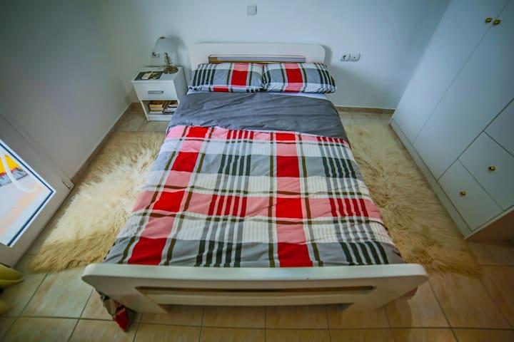 queen size bed bedroom