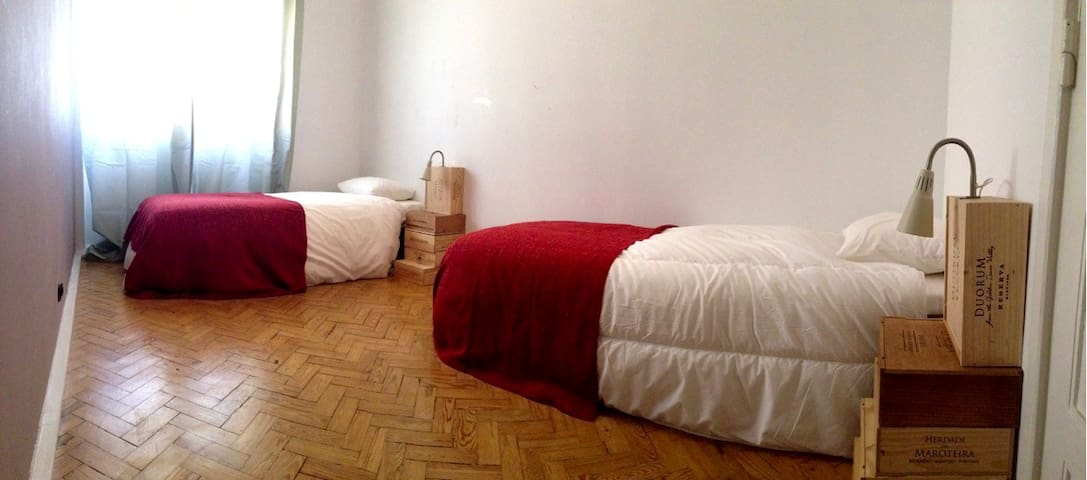 2 single beds or 1 double near the Airport (2km)