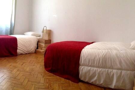 Quarto com 2 camas de solteiro a 2km do Aeroporto - Lisboa