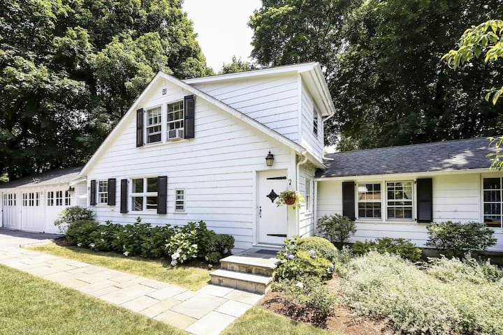 Entire Charming Greenwich Cottage, 2 BDRM, 2BA