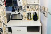 Zona de desayunos con todo lo necesario, cafetera Italiana y Nespresso