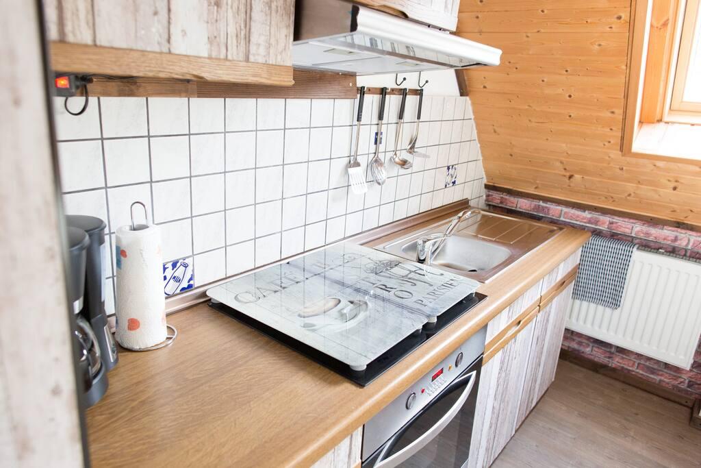 Die Einbauküche ist voll ausgestattet